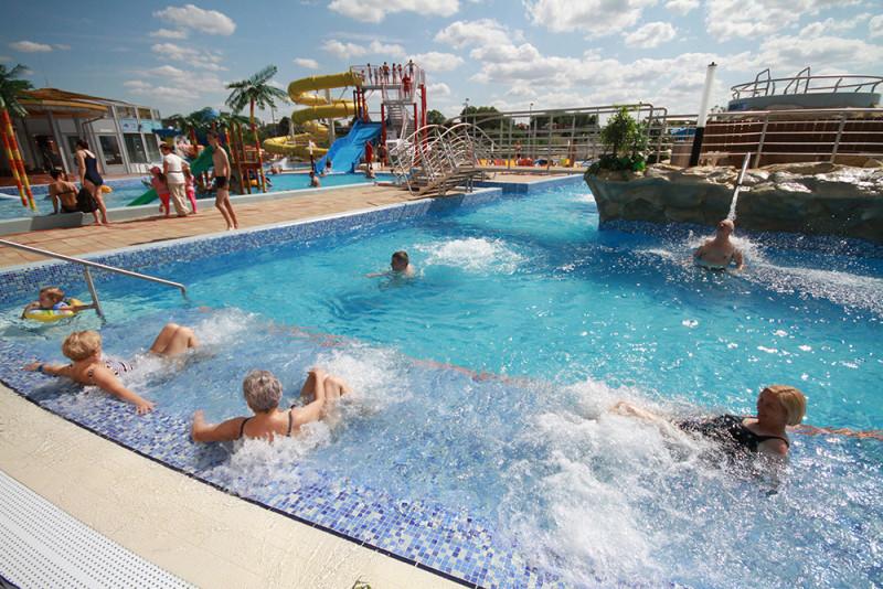 Ludzie kąpiący sie w basenie termalnym