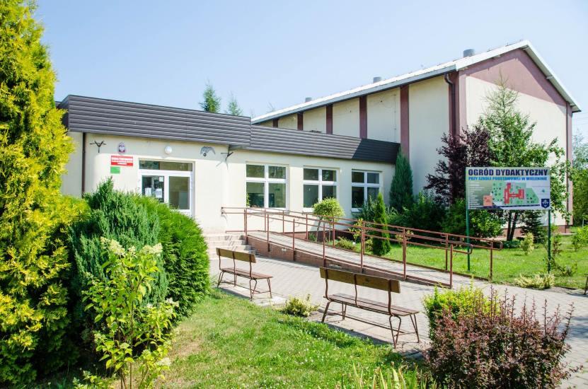 szkola w zielonym otoczeniu