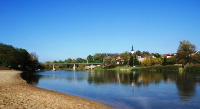 widok miasta z drugiego brzeku rzeki